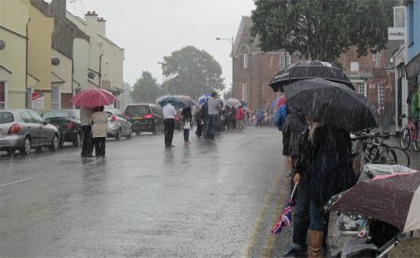 Awaiting the torch on London Road, Leigh-on-Sea