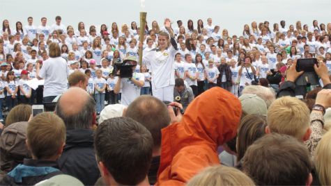 Torchbearer and choir on Southend Seafront