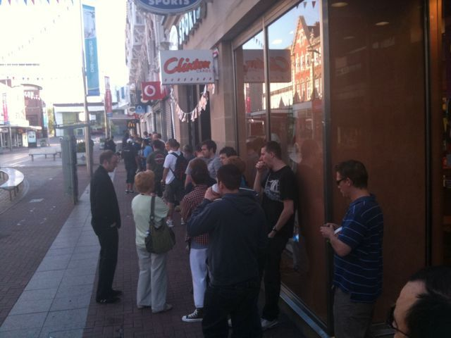 iPhone 4 queues gather in Southend